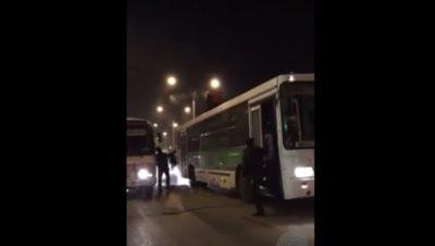 В Кемерове таксист подрался с клиентом на крыше троллейбуса (видео)