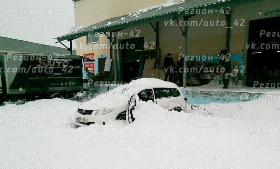 ВТомске в итоге падения снега скрыши гаража умер парень