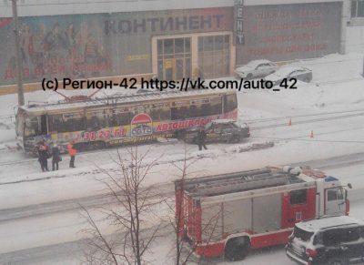 В Кемерове на Советском столкнулись трамвай и такси