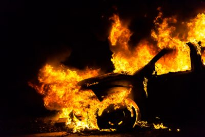 В Кемерове на Весенней неизвестные подожгли Ford
