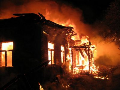 В Кузбассе при пожаре в доме погибли три человека