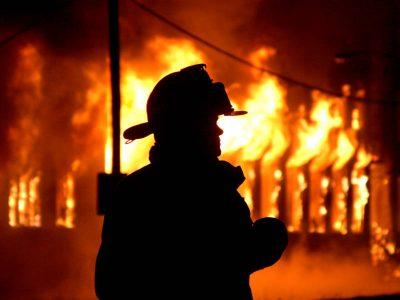 В Юрге при пожаре в 5-этажном доме спасли семь человек, в том числе троих детей