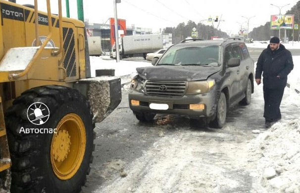 Вбатюшку наLand Cruiser врезался снегоуборщик наАЗС под Бердском