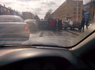 Куча мала: в центре Кемерова столкнулись шесть машин