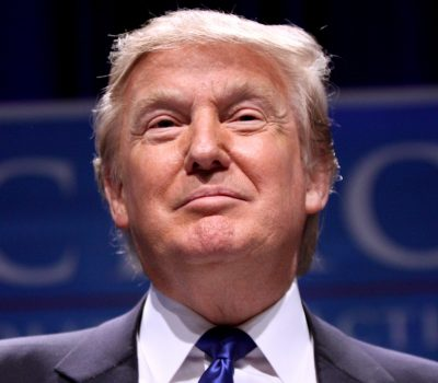 Американец смог обмануть охрану Трампа и проник в его кабинет ради селфи