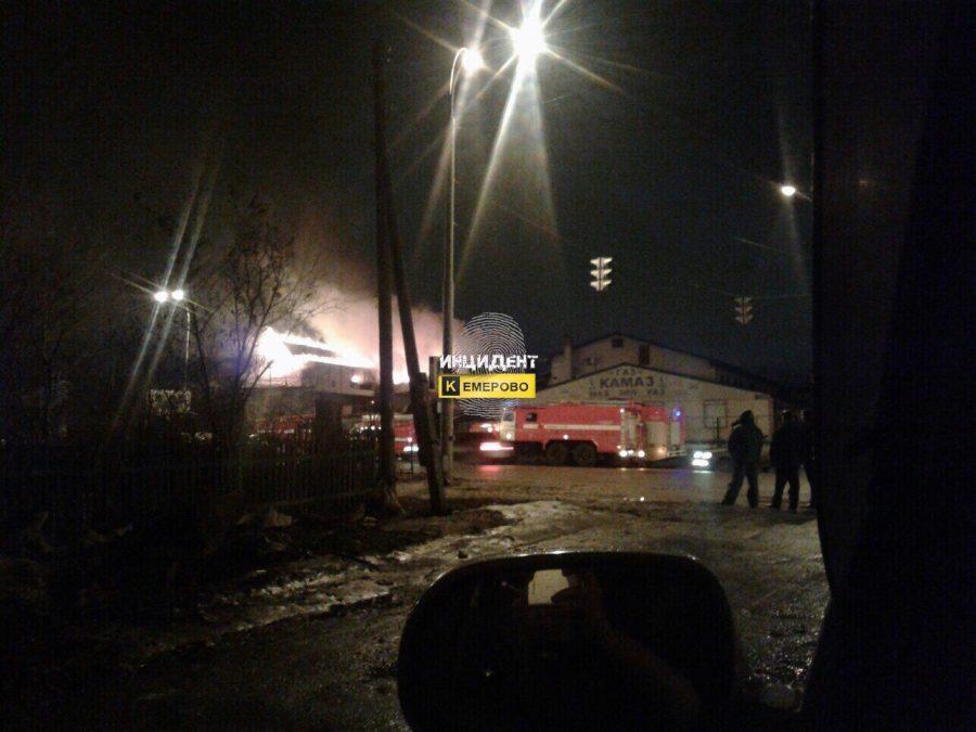 Неменее 30 спасателей ликвидировали огонь вмагазине вКемерово