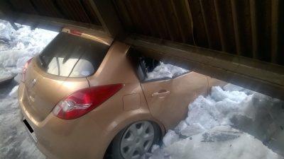 На новокузнецкой парковке рухнувший навес придавил автомобили