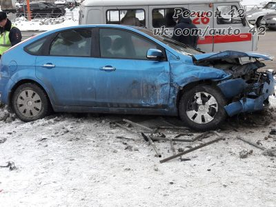 Опубликовано видео столкновения Ford и ВАЗа, протаранивших дорожное ограждение