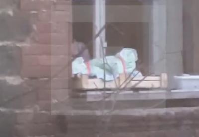 Во Владивостоке мать «выгуливала» новорожденного ребёнка на карнизе многоэтажного дома