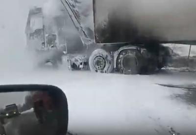 Видео полыхающей фуры на трассе в Кузбассе попало в Сеть