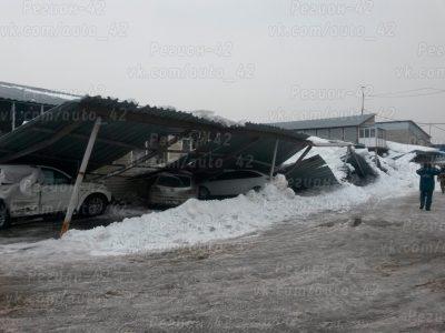 В Кемерове металлический навес обрушился на припаркованные авто