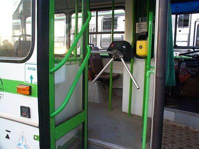 В Кузбассе водитель автобуса травмировал женщину, зажав её руку снаружи транспорта