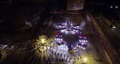Сотрудники ГИБДД выстроили восьмимартовские фигуры из служебных машин (видео)