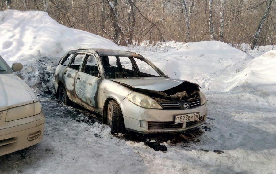 Ниссан Wingroad горел наулице Инициативная вКемерове