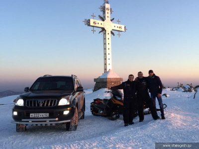 Внедорожник у креста на горе Курган в Шерегеше возмутил отдыхающих