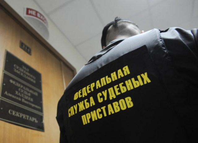 ВНовокузнецке приставы арестовали машину узавуча школы задолги