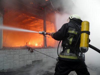 Ночью в Кузбассе горело здание автошколы