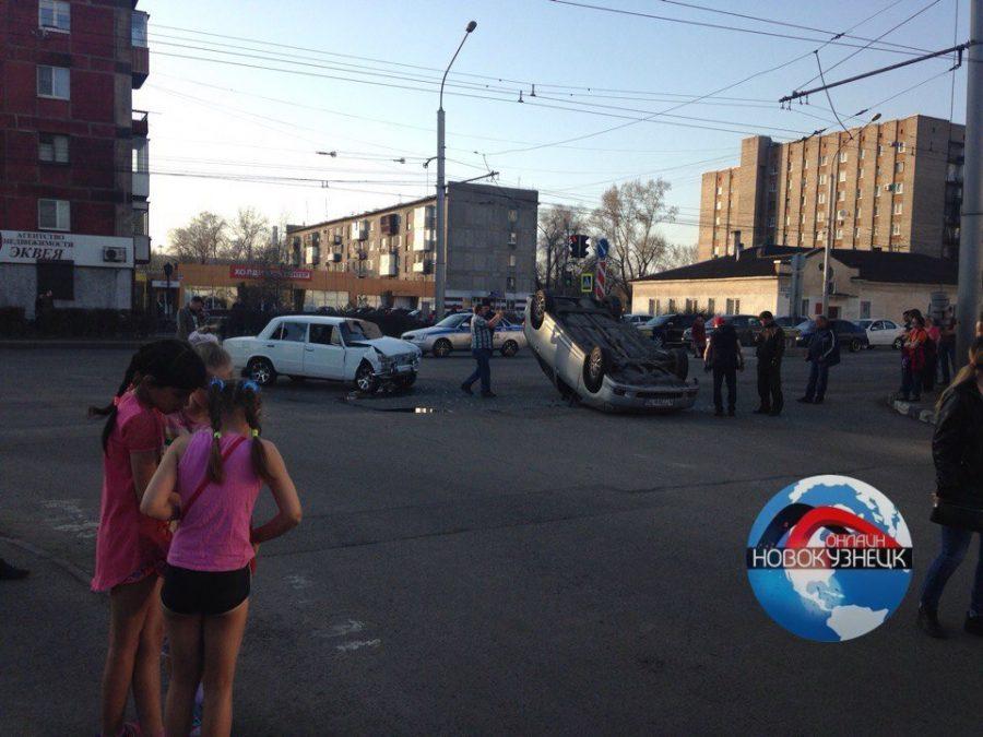 В Новокузнецке после столкновения с «копейкой» иномарка перевернулась на крышу