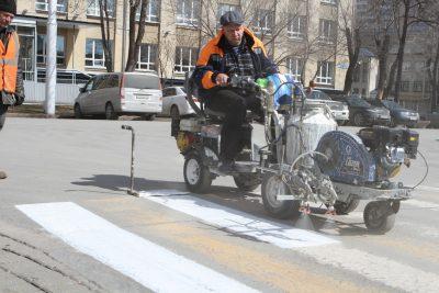 На кемеровских дорогах начали обновлять разметку
