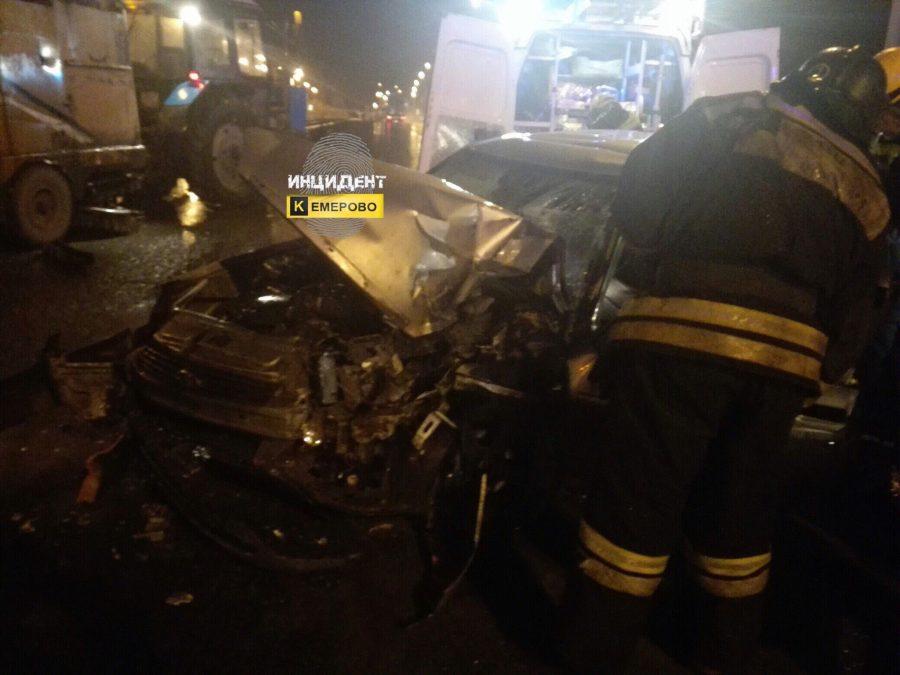 В Кемерове водитель Priora протаранил трактор и чудом остался жив