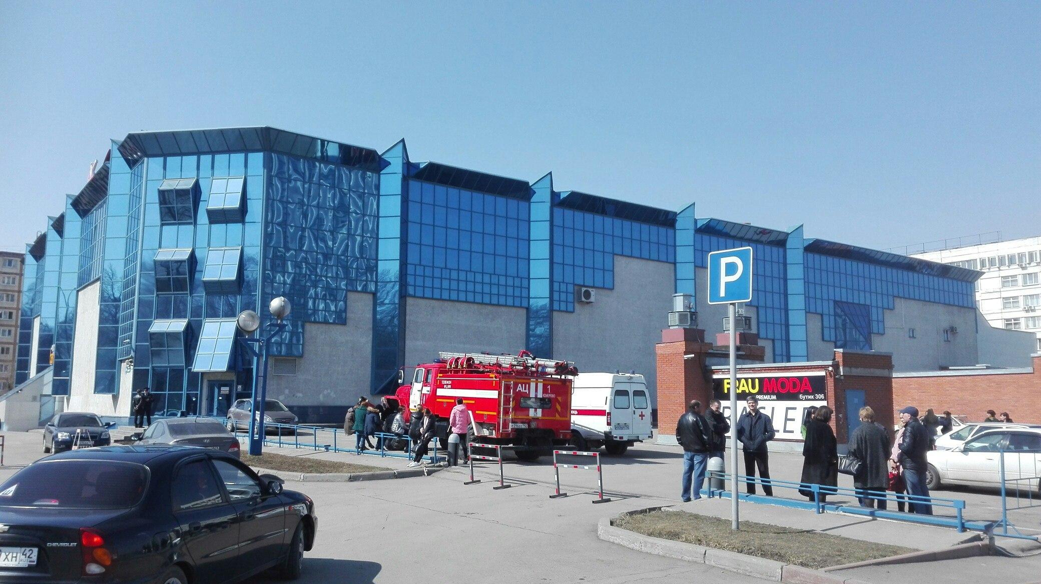 Поврежденные машины увозили на эвакуаторе