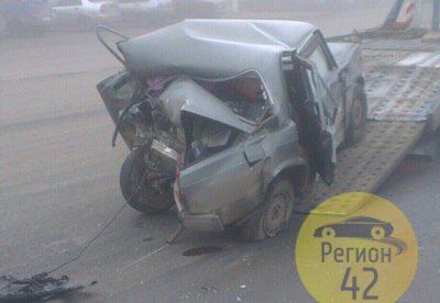 В Кемерове в результате ДТП смяло ВАЗ, чудом никто не пострадал