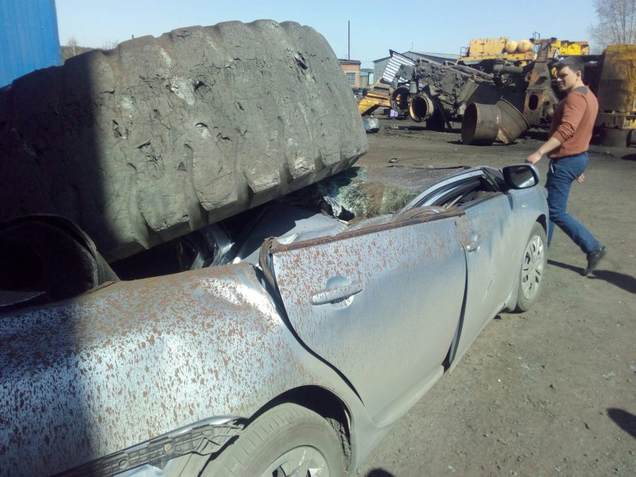 Видео: в Киселёвске колесо от БелАЗа упало на «легковушку» и раздавило её
