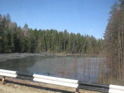 Уровень воды в реке Итатка превысил пропускную возможность трубы из-за чего произошло подтопление автодороги.