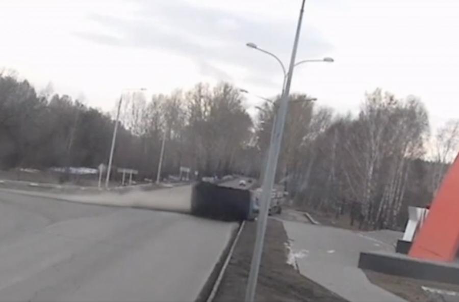 Новокузнецк: фургон перевернулся около стелы навъезде вгород