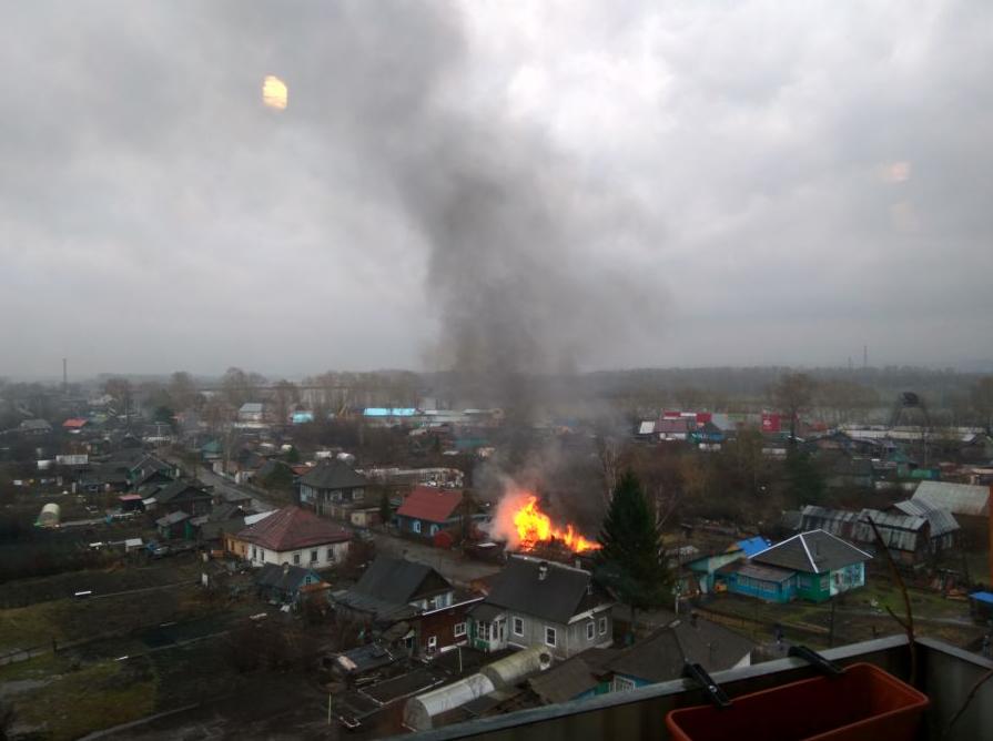 В Сети опубликовали видео пожара в частном доме в Новокузнецке