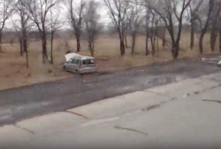 Видео: в Кузбассе подросток за рулём ВАЗа столкнул в кювет Lada Largus