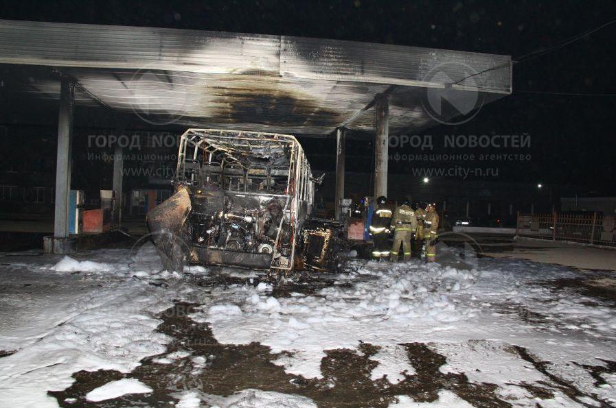 Фото: в Новокузнецке на АЗС сгорел автобус