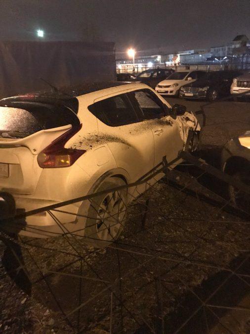 Фото: в Кемерове водитель LADA без прав протаранил иномарку на парковке