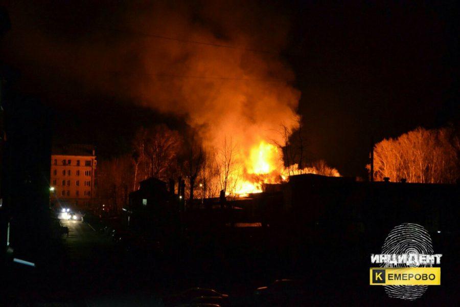 Интенсивный пожар частично уничтожил строение пивзавода вКемерове