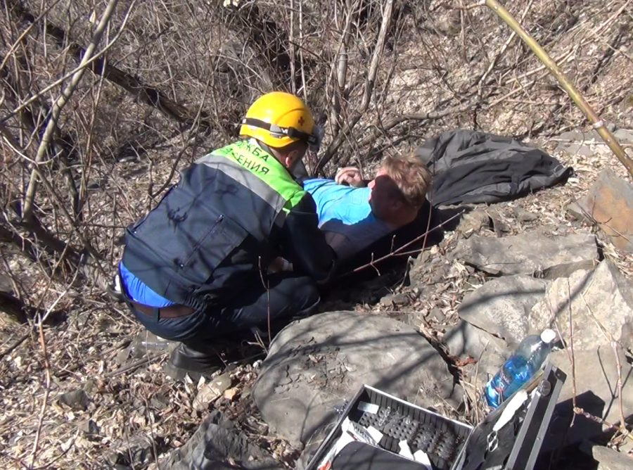В Кемеровском районе спасатели помогли мужчине, сорвавшемуся с десятиметровой скалы