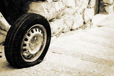 В Кузбассе на трассе у Chery на ходу отлетело колесо, пострадали два человека