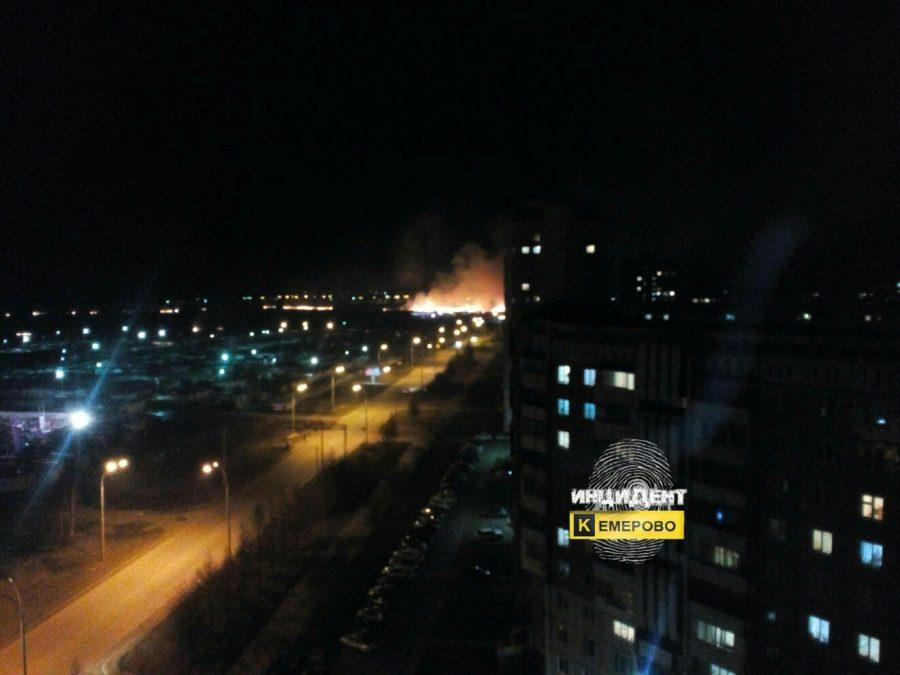 В Сети опубликовали видео крупного пожара в Ленинском районе Кемерова