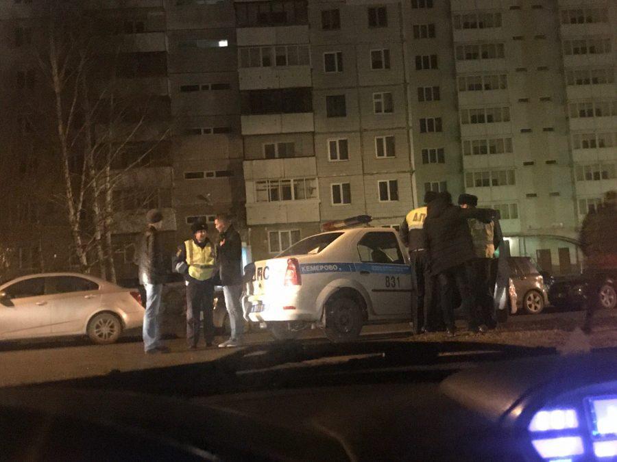 ВКемерове шофёр Лада вылетел напарковку иврезался встоящую машину