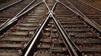 Скончался по пути в больницу: кузбассовцу поездом отрезало ноги