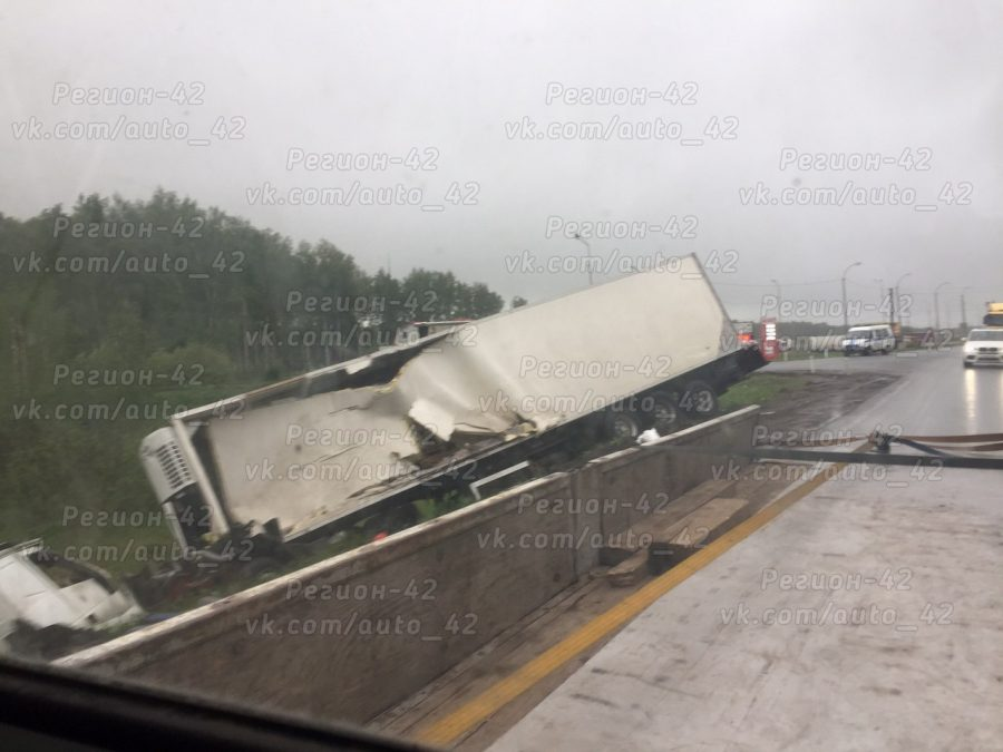 На трассе Кемерово — Новосибирск столкнулись два грузовика, водители пострадали