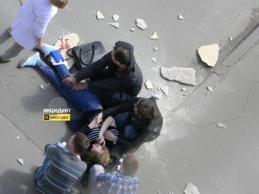 В центре Кемерова на девушку упала часть фасада