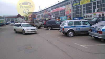 В Сети появилось видео ДТП в Кемерове, в котором арматура пробила лобовое стекло Nissan