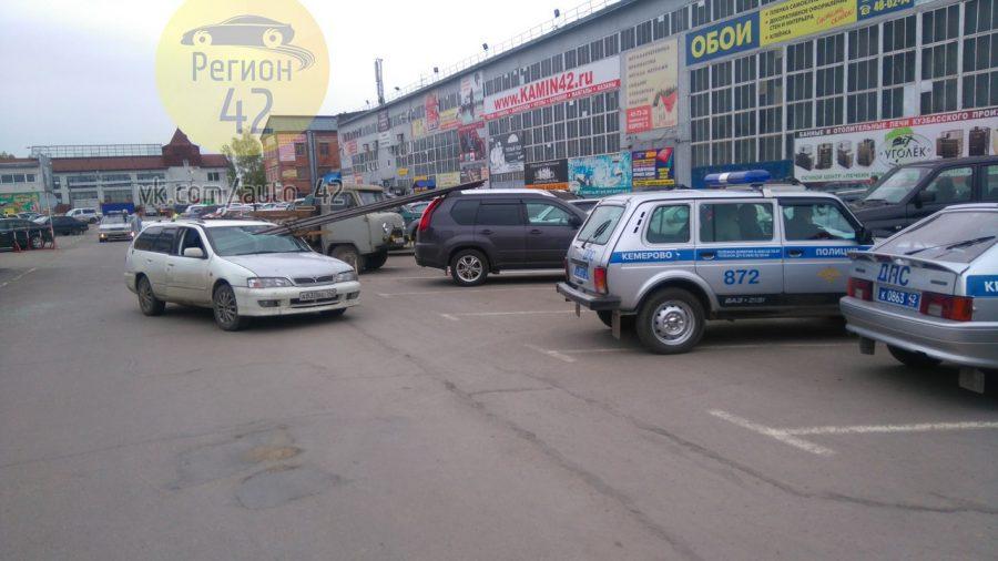 В Сети появилось видео ДТП в Кемерове, в котором трубы пробили лобовое стекло Nissan