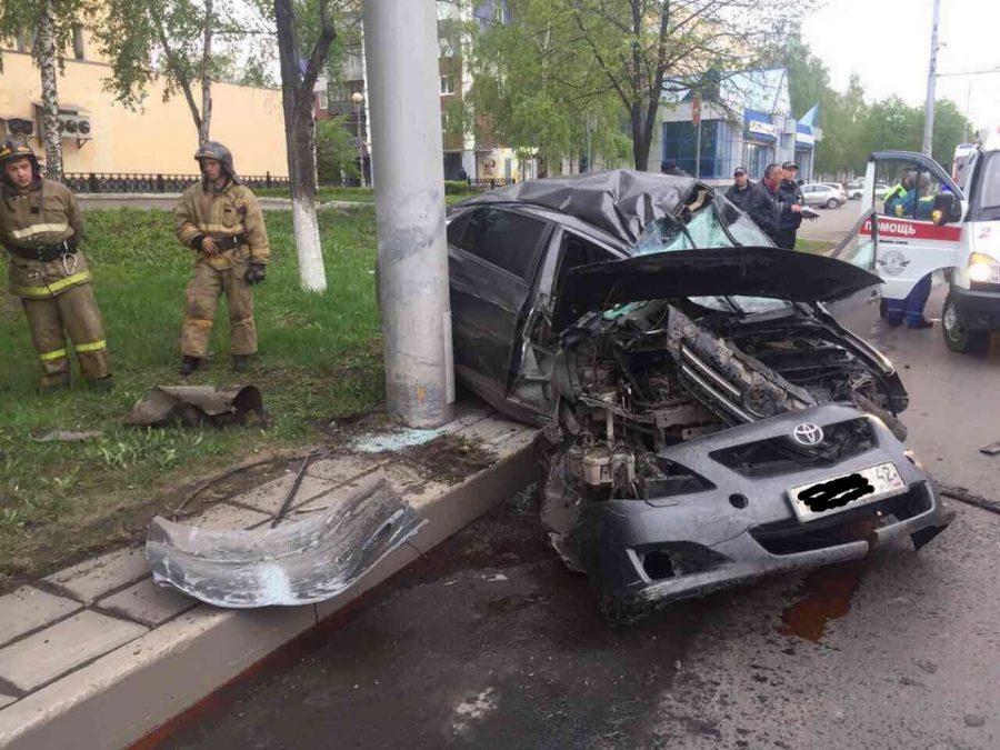 В ГИБДД рассказали подробности страшного ДТП в Новокузнецке, где Toyota врезалась в столб