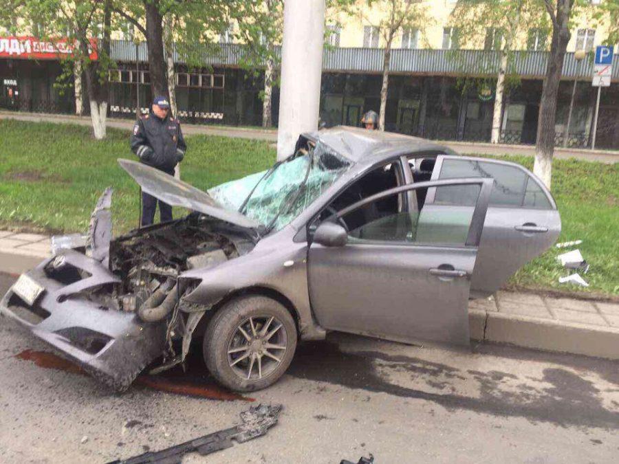 Страшное ДТП в Новокузнецке: водитель Toyota врезался в столб