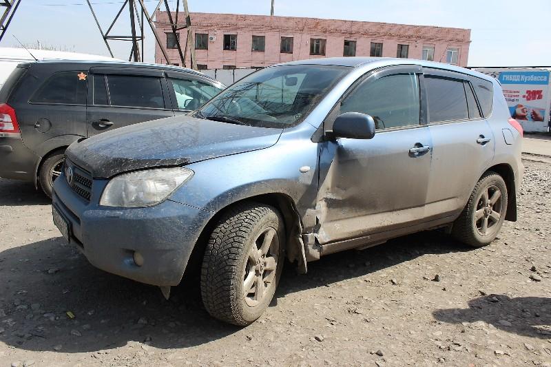 Нетрезвый шофёр протаранил кроссовер и исчез сместа ДТП вКузбассе