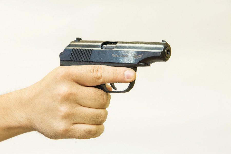 ВКузбассе пенсионер выстрелил вдевочку
