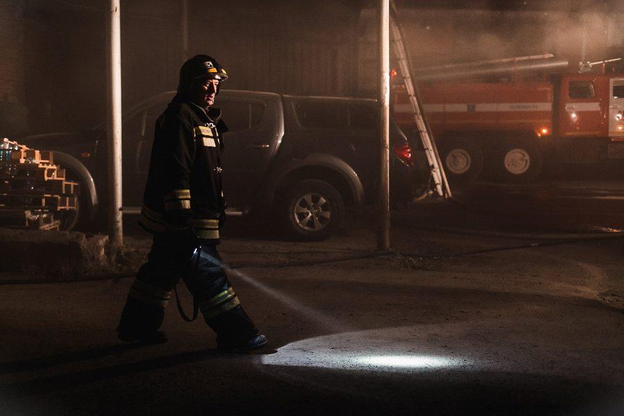 В Ленинском районе Кемерова в гаражном боксе сгорели автобус и «Газель»