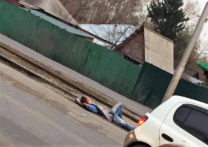 В Кемерове пьяный мужчина уснул на трамвайных путях