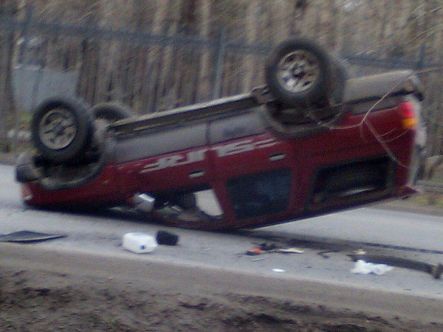 Фото: в Кемерове на Тухачевского перевернулся автомобиль Toyota